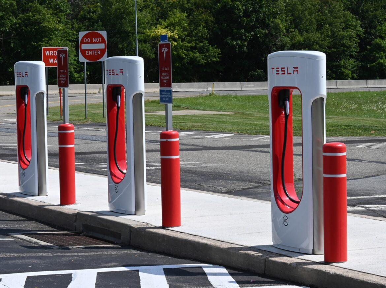Fler tjänstebilsförare vill välja elbil – brist på laddstationer och incitament från regeringen bromsar